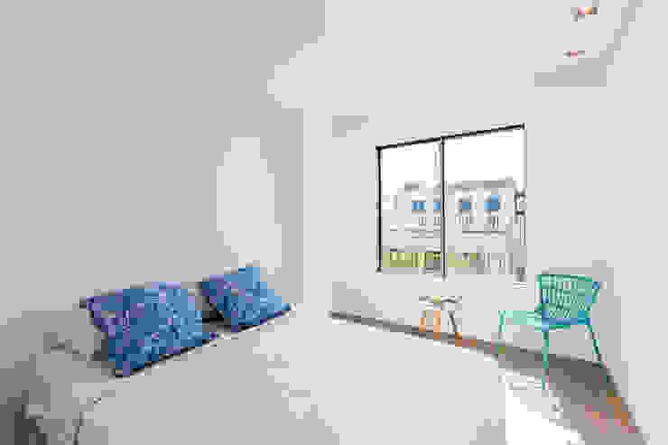 Dormitorios minimalistas de ISLABAU constructora Minimalista
