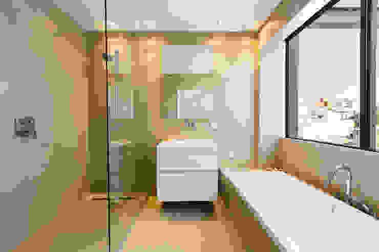Baños modernos de ISLABAU constructora Moderno