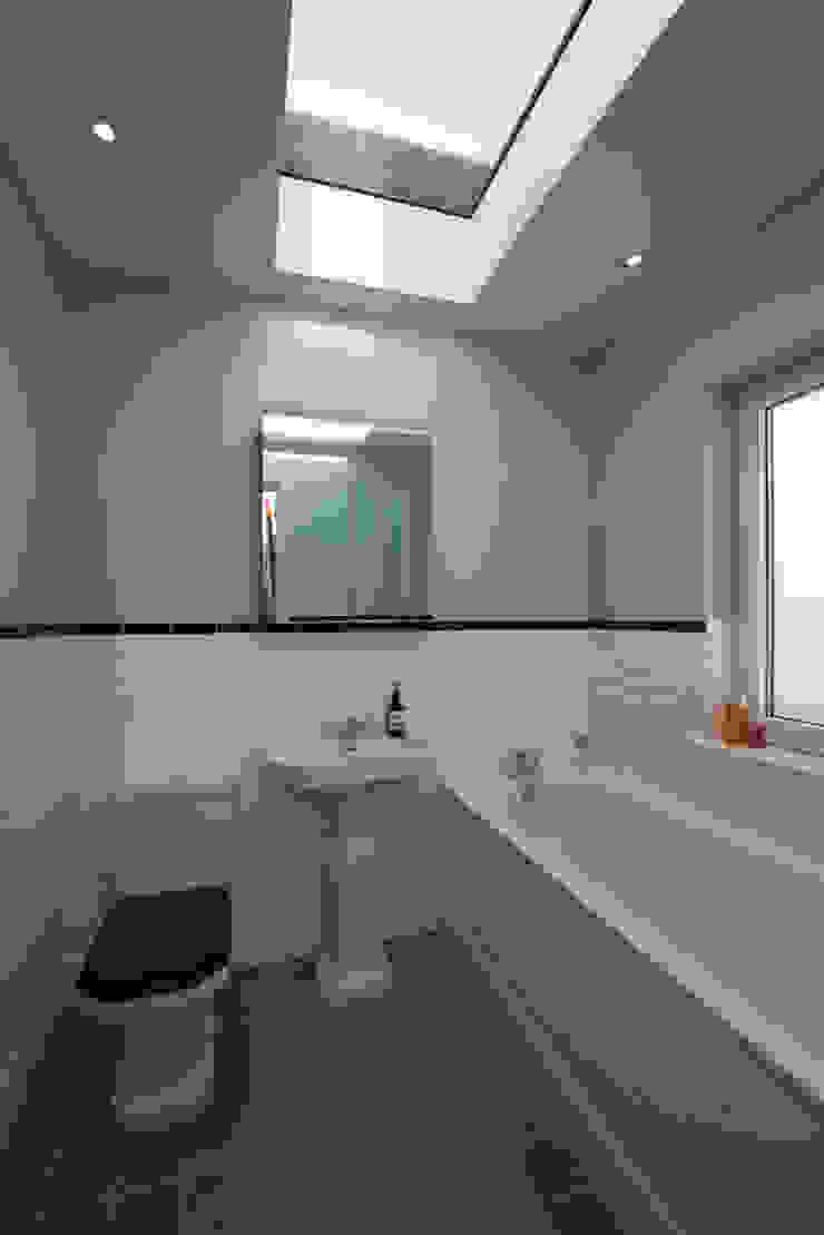 8 Dunollie Road ATOM BUILD LTD Modern bathroom