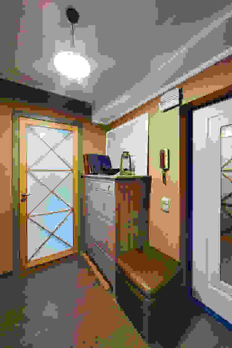 Pasillos, vestíbulos y escaleras de estilo rústico de Порядок вещей - дизайн-бюро Rústico