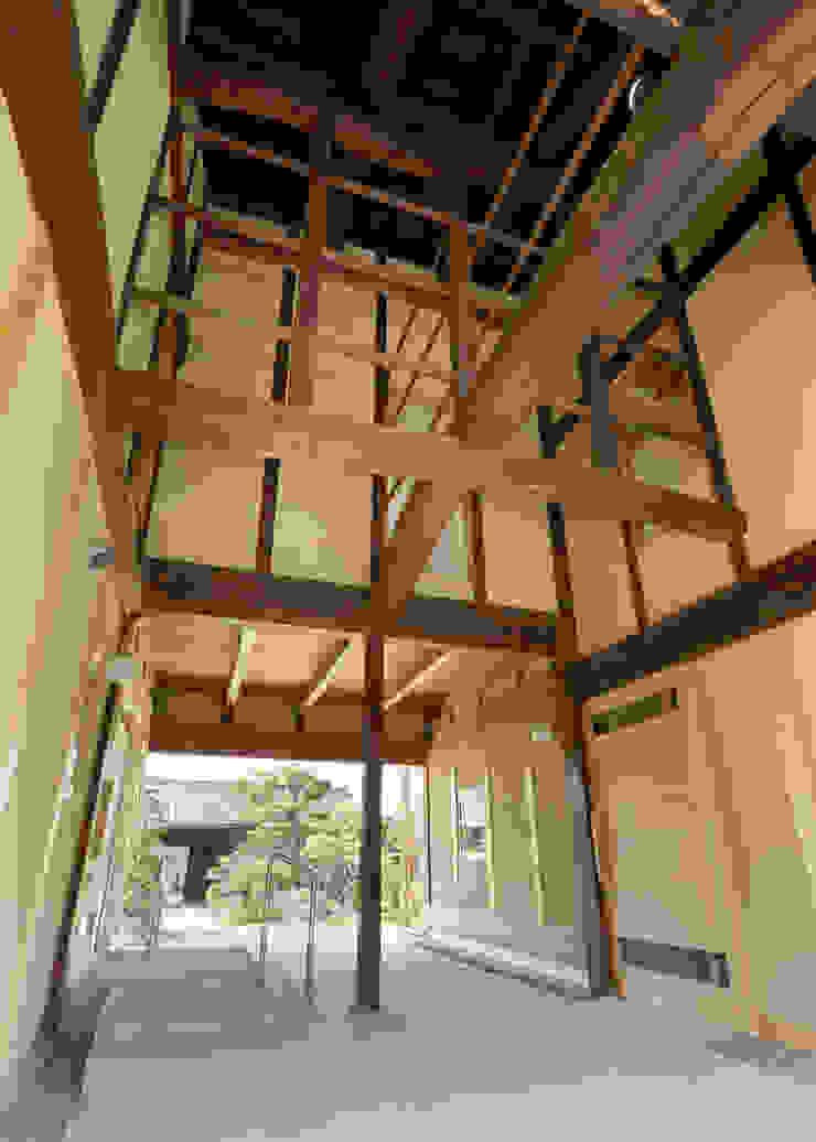 古民家改修:通り土間のある家 和風の 玄関&廊下&階段 の m5_architecte 和風 木 木目調