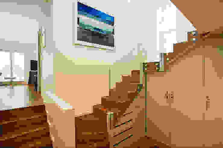 Aberdare Gardens, NW6 Couloir, entrée, escaliers modernes par XUL Architecture Moderne