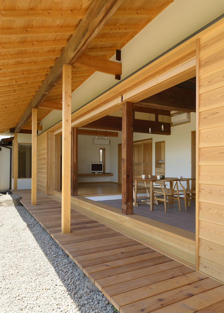 古民家改修:通り土間のある家 和風デザインの テラス の m5_architecte 和風 木 木目調
