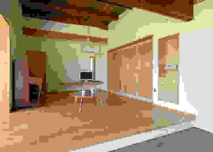 古民家改修:通り土間のある家 和風デザインの リビング の m5_architecte 和風 木 木目調