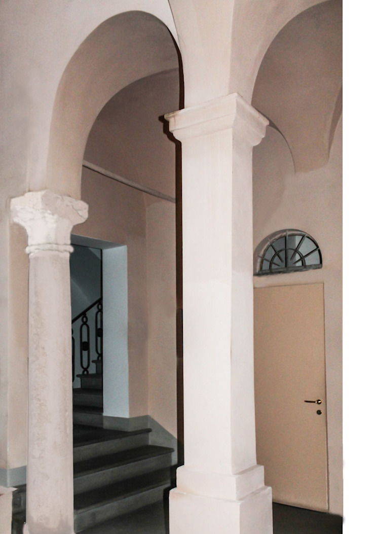 Classic style corridor, hallway and stairs by STUDIO GUERRI Classic