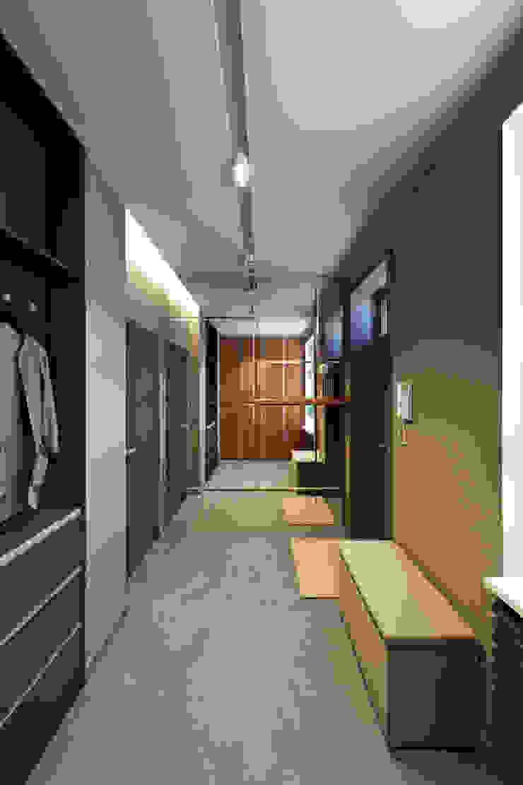 Прихожая Коридор, прихожая и лестница в стиле минимализм от lab21studio Минимализм