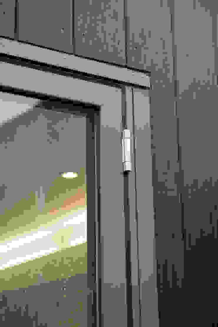 86 Pellarin Road Puertas y ventanas modernas de ATOM BUILD LTD Moderno