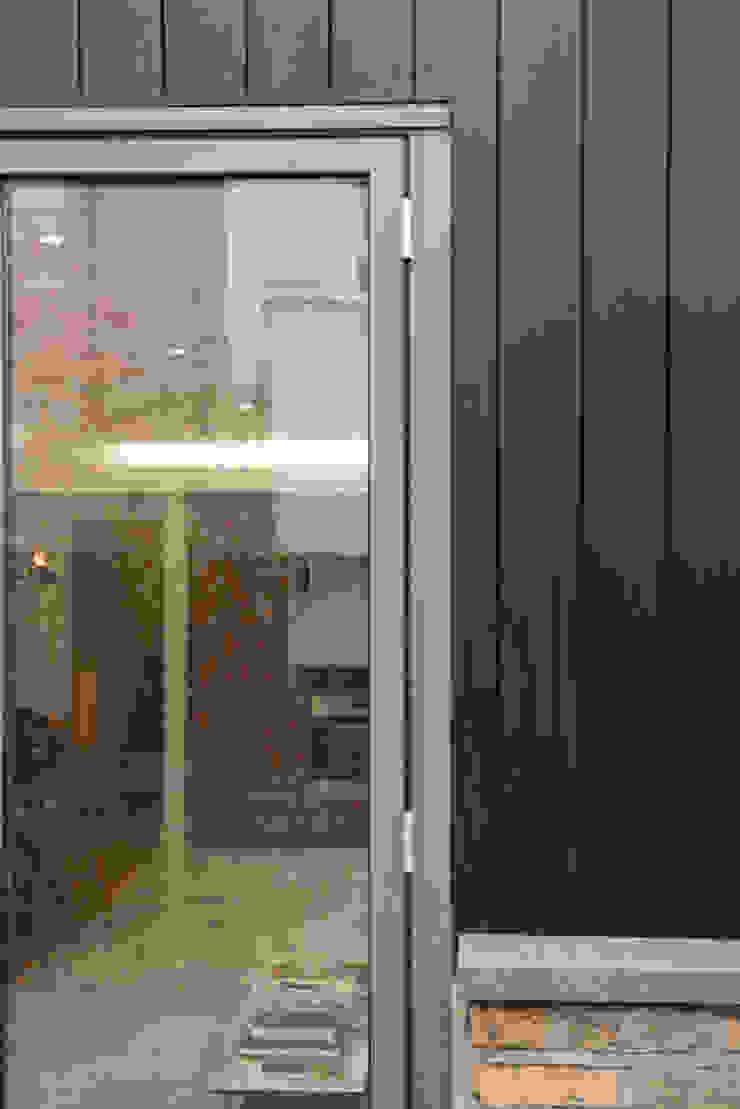 86 Pellarin Road Paredes y pisos modernos de ATOM BUILD LTD Moderno