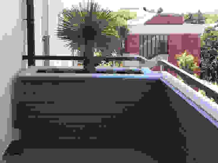 Balcones y terrazas de estilo moderno de bilune studio Moderno