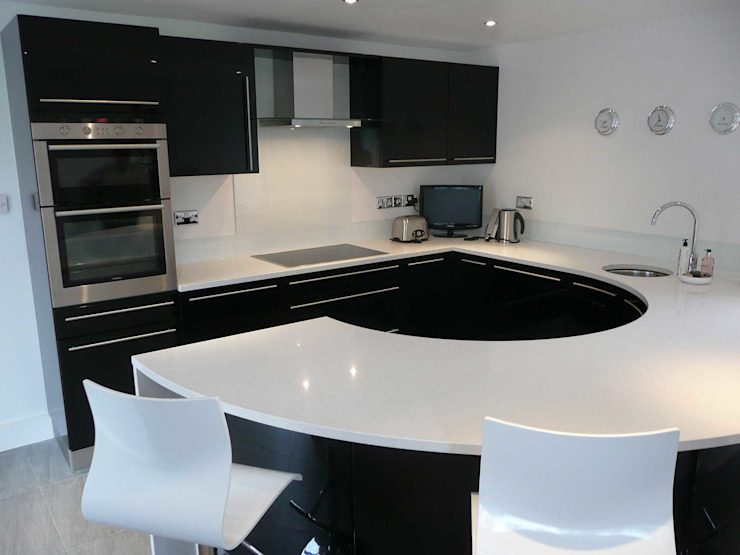 Compact High Black Gloss Modern kitchen by PTC Kitchens Modern