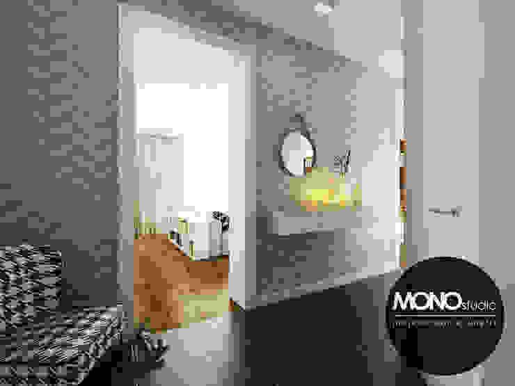 Jasne kolory zestawione z nowoczesnymi wzorami nadającymi efektowny wygląd holu. Kolonialny korytarz, przedpokój i schody od MONOstudio Kolonialny Ceramika