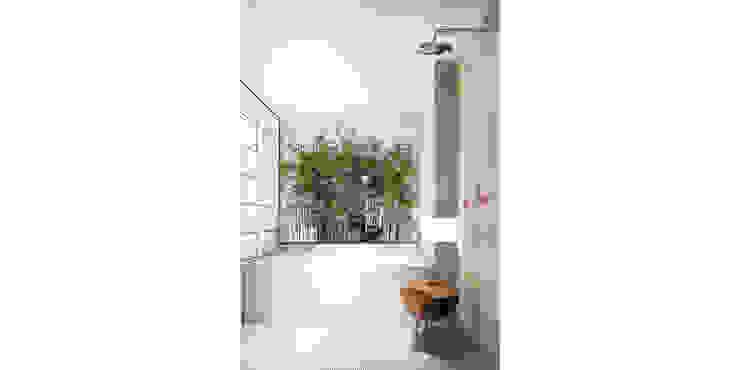 Baños de estilo ecléctico de de-cube Ecléctico