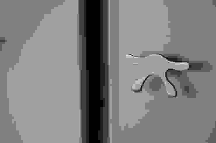 Projecto de interiores apartamento Lisboa Closets ecléticos por Critério Arquitectos by Canteiro de Sousa Eclético