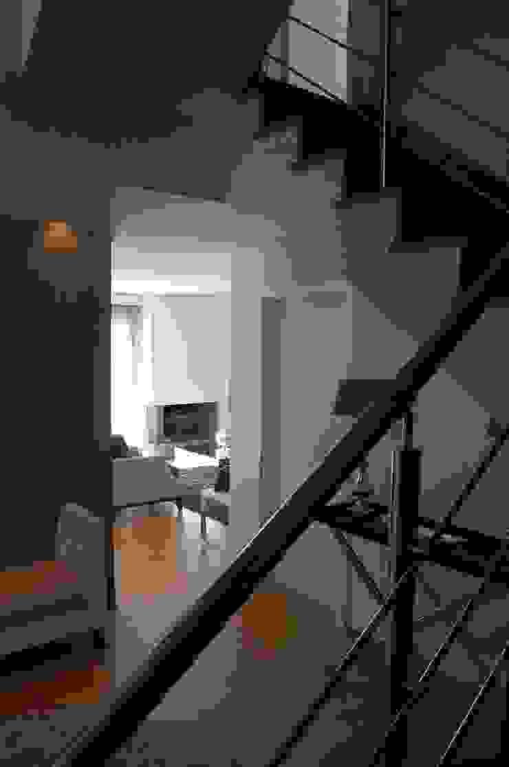Moradia familiar Critério Arquitectos by Canteiro de Sousa Corredores, halls e escadas ecléticos