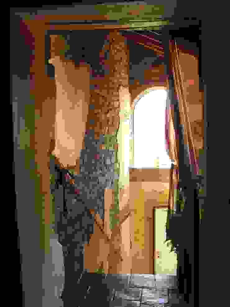 ทางเดินแบบชนบททางเดินและบันได โดย Naro architettura restauro 'Dein Landhaus im Piemont' ชนบทฝรั่ง