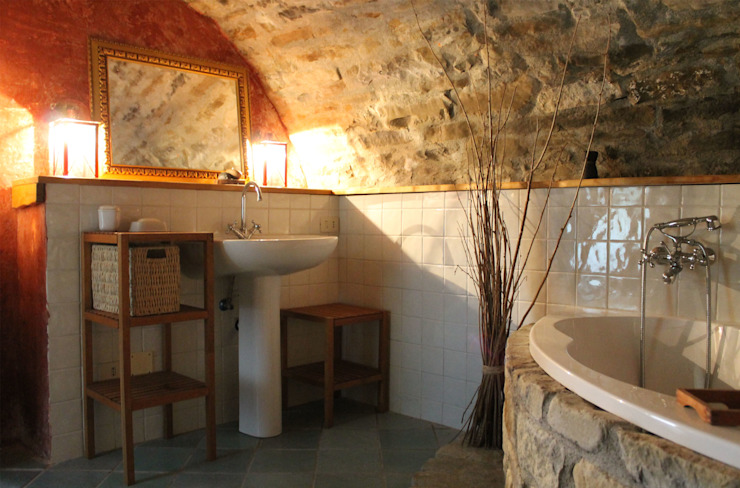Kamar Mandi Gaya Rustic Oleh Naro architettura restauro 'Dein Landhaus im Piemont' Rustic