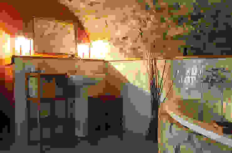 Banheiros  por Naro architettura restauro       'Dein Landhaus im Piemont'