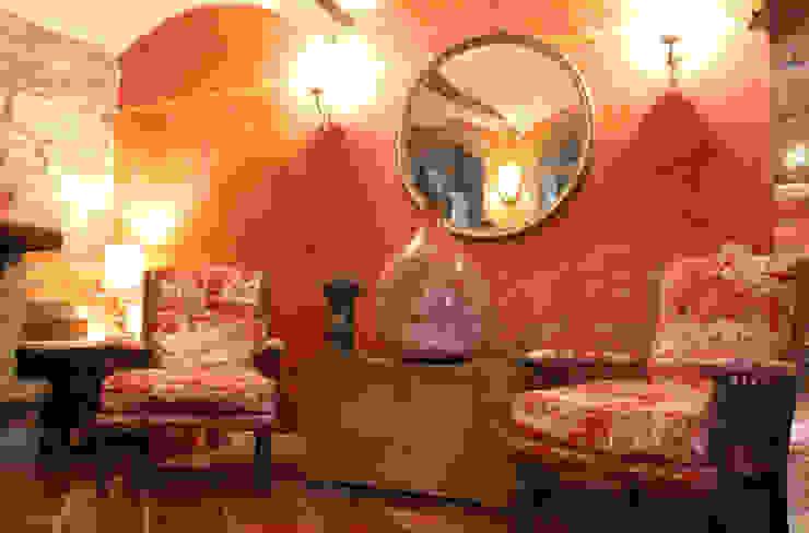 Гостиная в . Автор – Naro architettura restauro       'Dein Landhaus im Piemont'