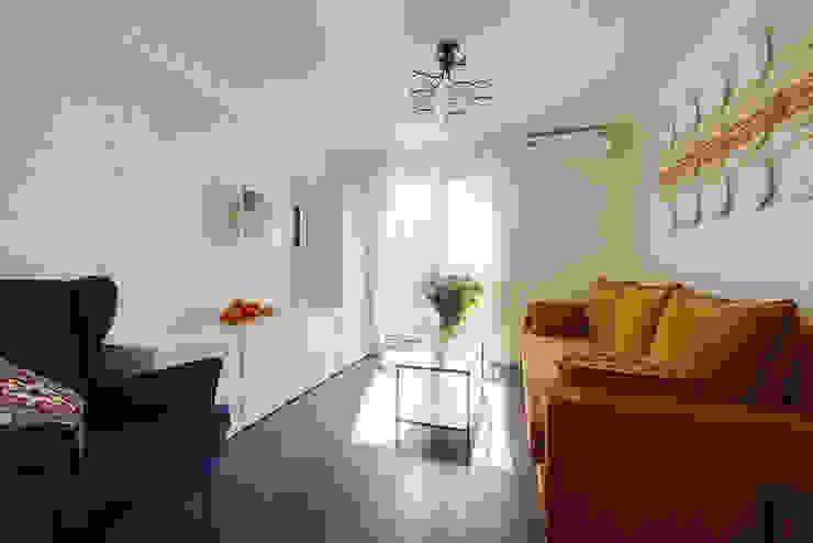 Маленькая квартира для аренды Гостиная в скандинавском стиле от Порядок вещей - дизайн-бюро Скандинавский