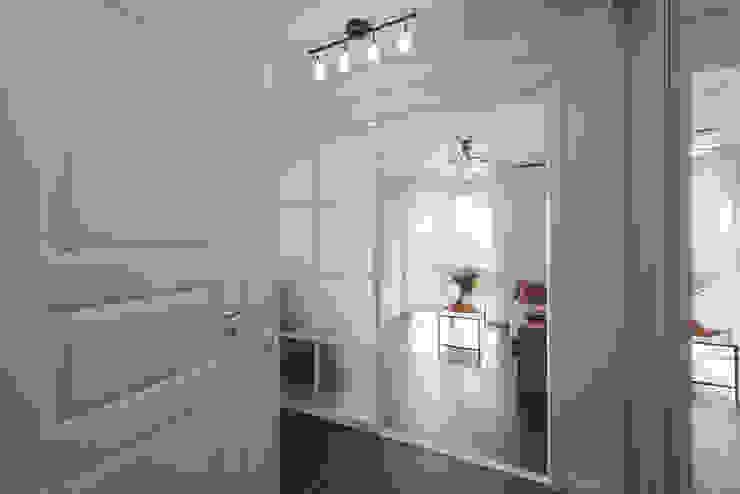Маленькая квартира для аренды Коридор, прихожая и лестница в скандинавском стиле от Порядок вещей - дизайн-бюро Скандинавский
