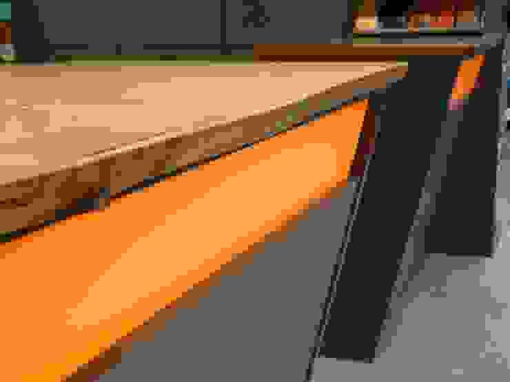 Verbindung naturbelassenes Massivholz und Glas: modern  von SCHIELE Einrichtungen,Modern Holzwerkstoff Transparent