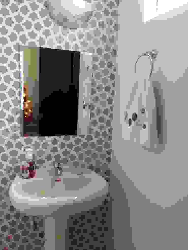 VIVAinteriores Mediterranean style bathroom Brown