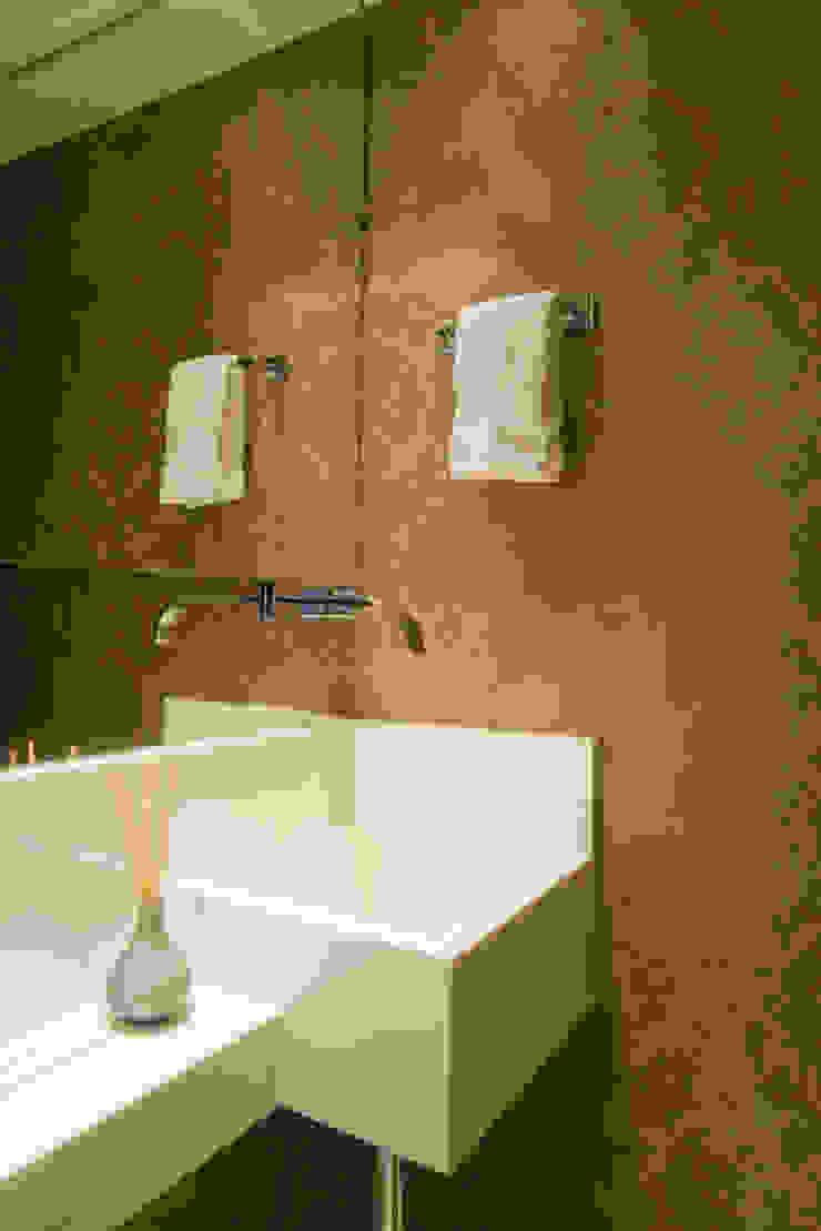 Eklektyczna łazienka od Alexandre Magno Arquiteto Eklektyczny