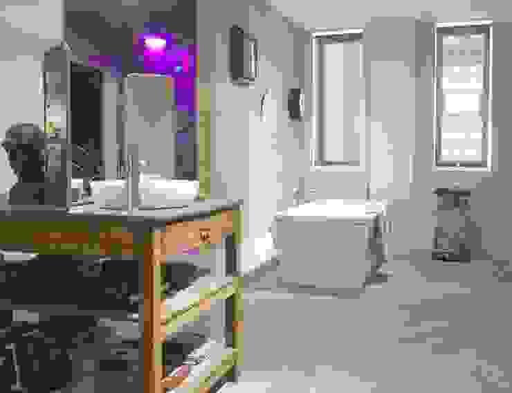 Baños de estilo moderno de Fontini Moderno