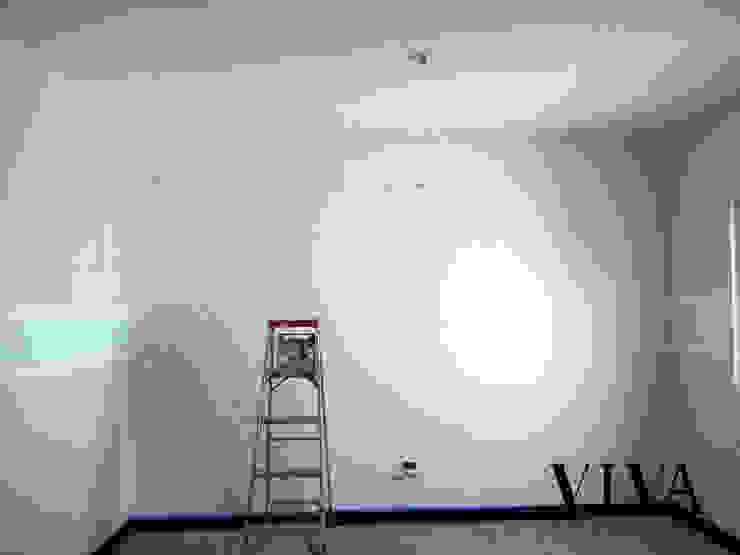 Minimalistyczny pokój dziecięcy od VIVAinteriores Minimalistyczny
