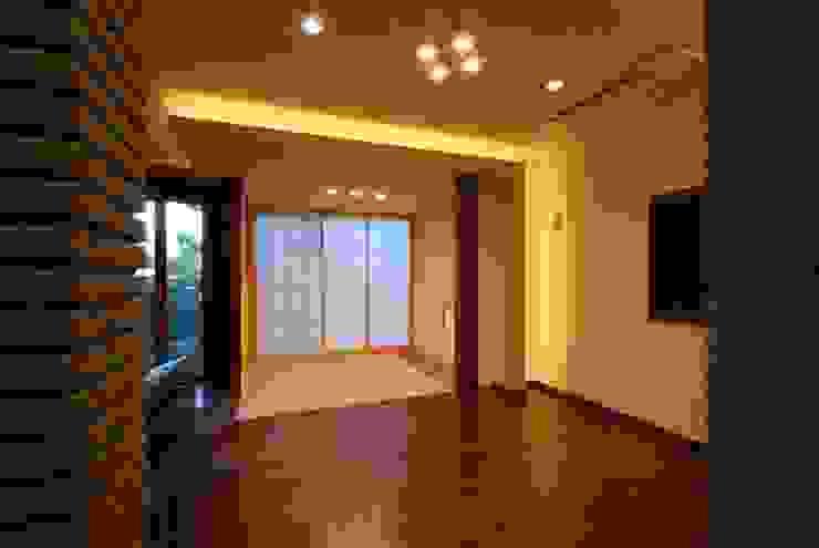 Salle multimédia moderne par 株式会社 中村建築設計事務所 Moderne