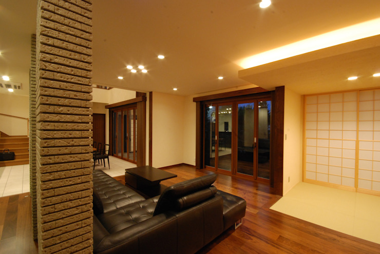 Salon moderne par 株式会社 中村建築設計事務所 Moderne