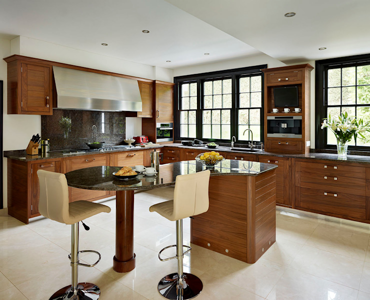 Grosvenor | Luxury American Walnut Kitchen من Davonport حداثي خشب Wood effect