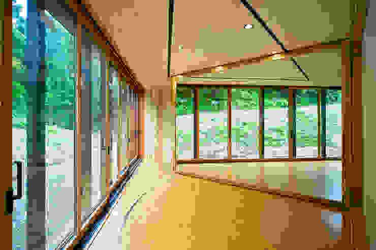 Media room by 山本想太郎設計アトリエ, Eclectic Wood Wood effect