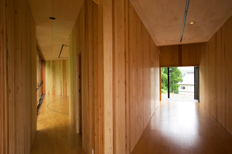 Corridor & hallway by 山本想太郎設計アトリエ, Eclectic Wood Wood effect