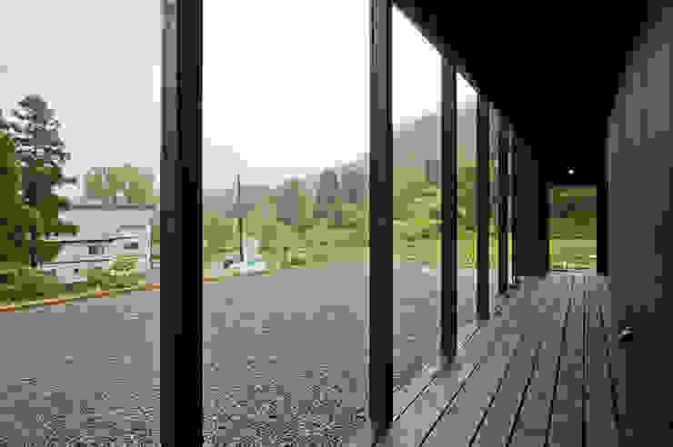 オーストラリア・ハウス オリジナルデザインの テラス の 山本想太郎設計アトリエ オリジナル 木 木目調