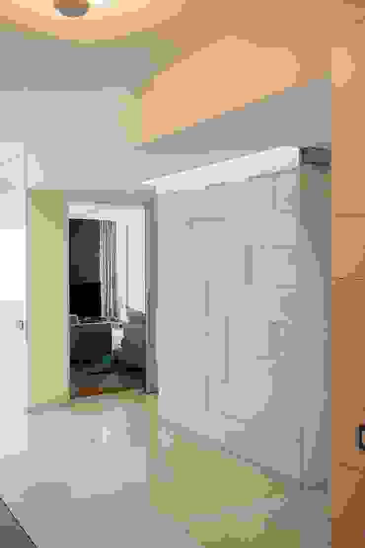Квартира Коридор, прихожая и лестница в стиле минимализм от Address Минимализм