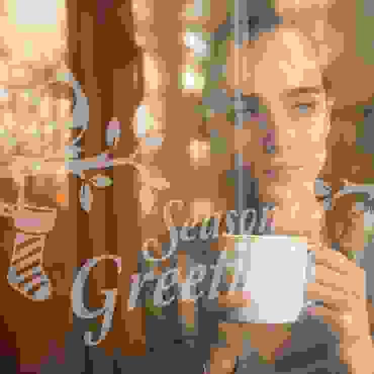 Seasons greetings Christmas decoration window sticker od Vinyl Impression Nowoczesny