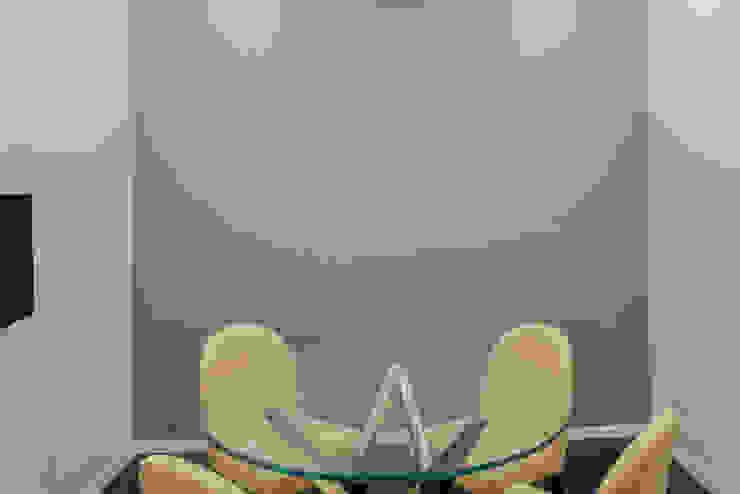 Sala de Reunião Espaços de trabalho minimalistas por HAS - Hinterland Architecture Studio Minimalista
