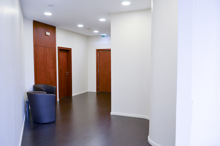 Circulação Corredores, halls e escadas minimalistas por HAS - Hinterland Architecture Studio Minimalista