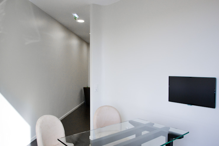 Sala de recepção Espaços de trabalho minimalistas por HAS - Hinterland Architecture Studio Minimalista