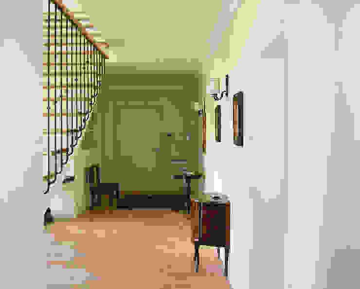 Modern corridor, hallway & stairs by STUDIO GUERRI Modern