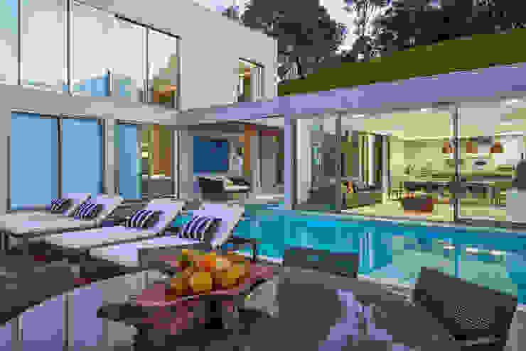 Residência Condomínio Hibisco Piscinas clássicas por Estela Netto Arquitetura e Design Clássico