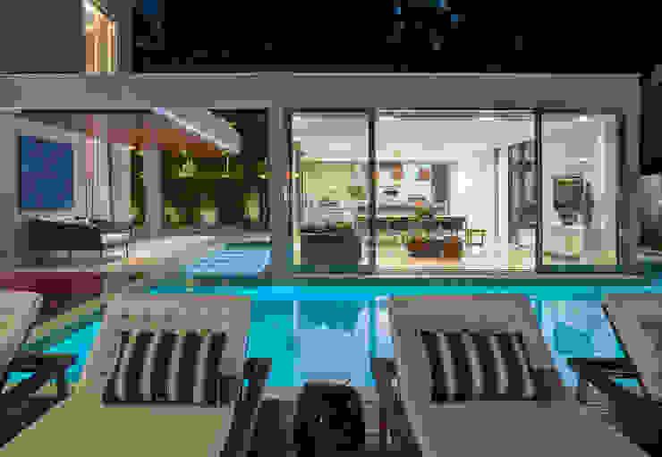 Бассейн в классическом стиле от Estela Netto Arquitetura e Design Классический