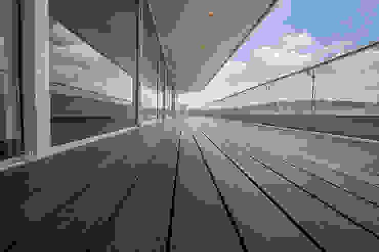 terraza con apariencia de madera Balcones y terrazas modernos de RTZ-Arquitectos Moderno