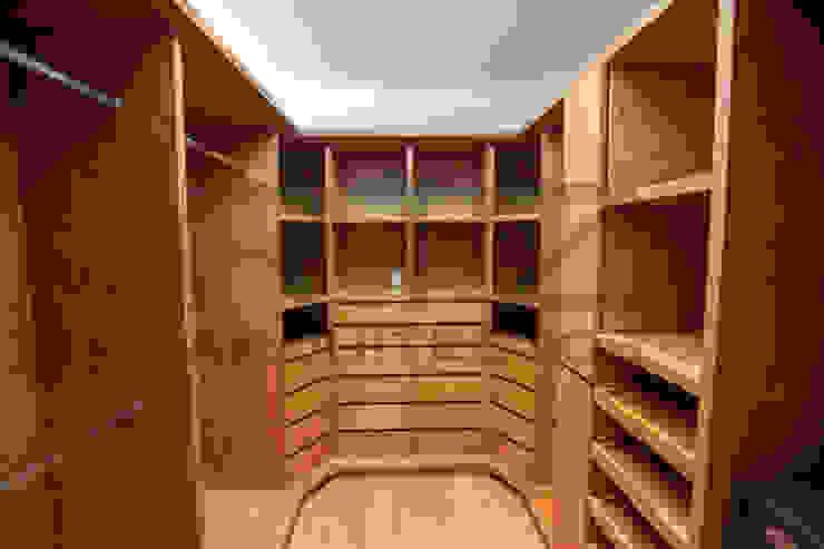diseño de vestidor de RTZ-Arquitectos Moderno