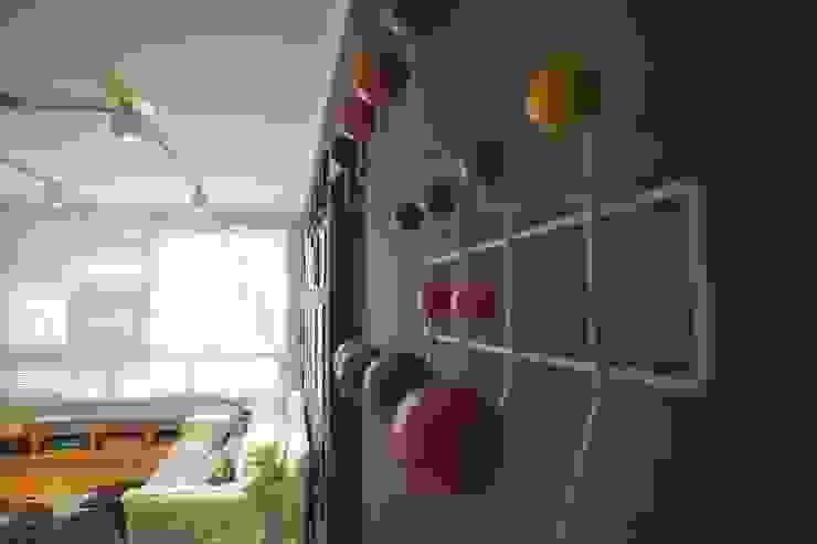 Гостиная в стиле модерн от Superstudiob Модерн Дерево Эффект древесины