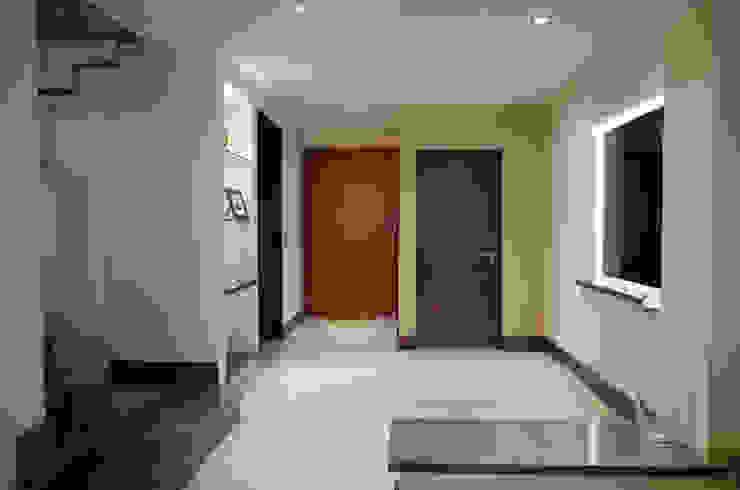 Couloir, entrée, escaliers modernes par fc3arquitectura Moderne Céramique