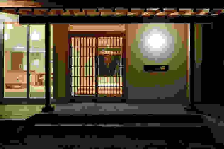 現代風玄關、走廊與階梯 根據 株式会社kotori 現代風