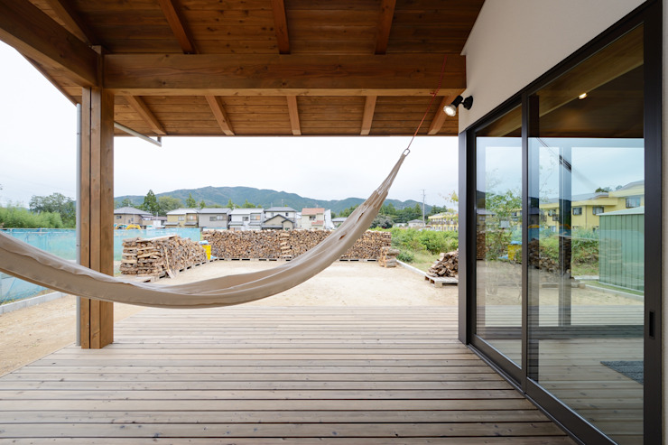 Skandynawski balkon, taras i weranda od 株式会社kotori Skandynawski Drewno O efekcie drewna