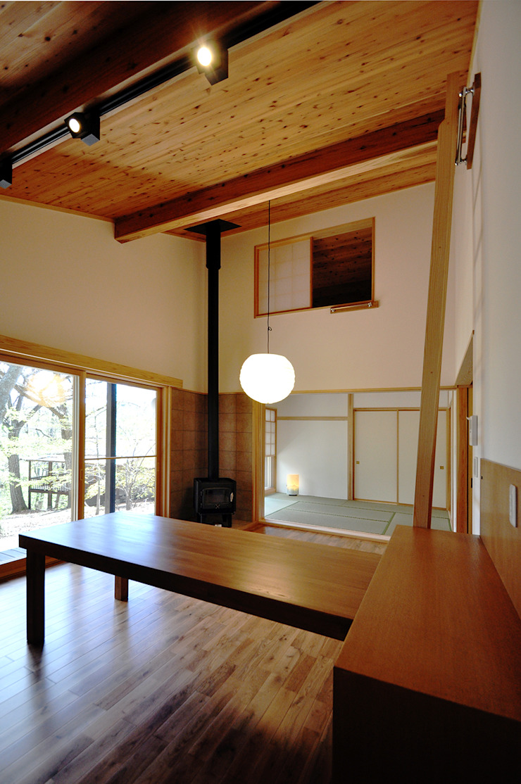 Salones de estilo moderno de モリモトアトリエ / morimoto atelier Moderno Madera maciza Multicolor
